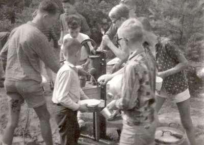 1961 - Afwassen aan de pomp in Heerde